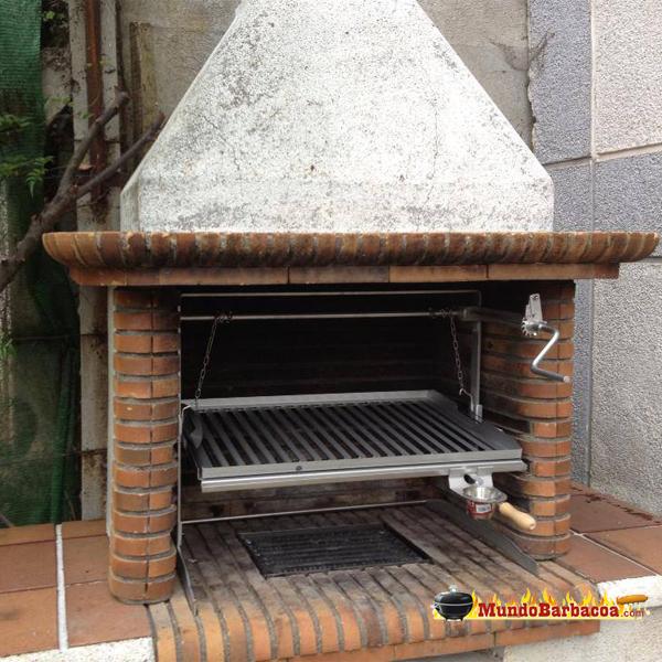 Barbacoa de obra Lareira de Baluja, parrilla de acero con elevador